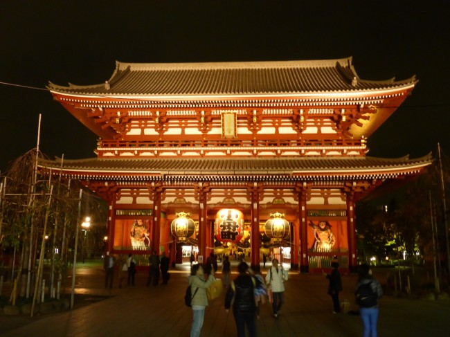 The temple gate by night. I think it looks better than in the daylight.