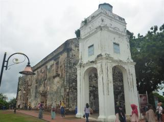 The former Portuguese church, which became a Dutch chapel. The British used it as a fortress. The white building was a bell tower which became a lighthouse.